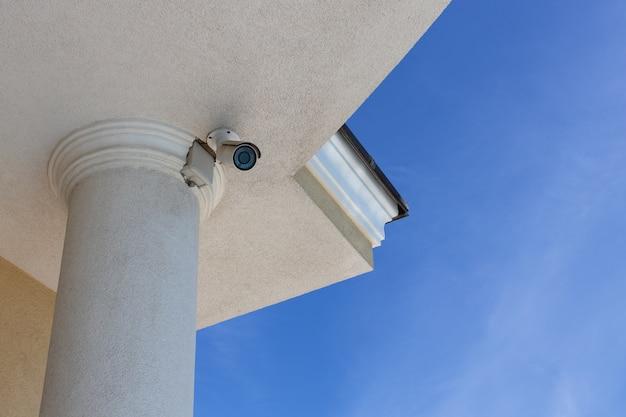 Kamera Monitorująca Cctv (telewizja Przemysłowa) Zainstalowana Na Dachu Prywatnego Domu Na Tle Błękitnego Nieba Premium Zdjęcia