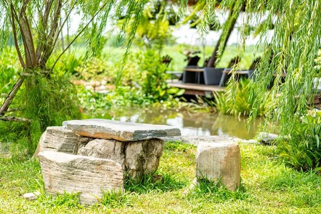 Kamienna ławka I Stół W Ogrodzie Premium Zdjęcia