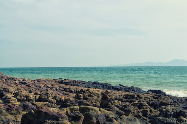 Kamienna Plaża I Morze Z Niebieskie Niebo Natury Tapety Tłem Premium Zdjęcia