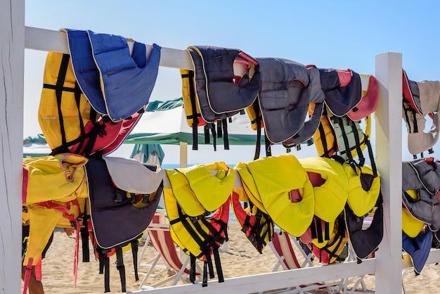 Kamizelki surfingowe wiszące na płocie Premium Zdjęcia