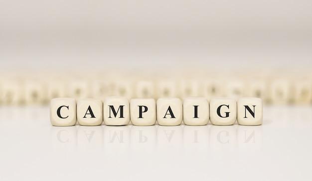 Kampania Słowa Napisana Na Drewnianym Bloku Premium Zdjęcia