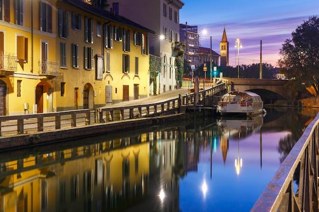 Kanał Naviglio Grande O Wschodzie Słońca W Mediolanie, Lombardia, Włochy Premium Zdjęcia