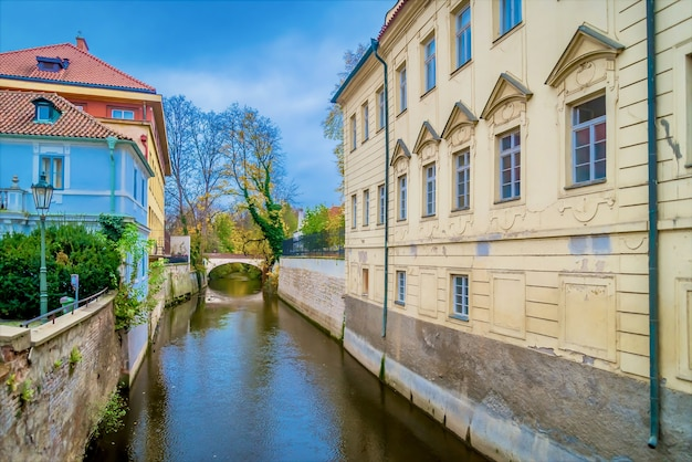 Kanał Przepływający Między Budynkami W Pobliżu ściany Lennona Na Malej Stronie, Praga, Czechy Darmowe Zdjęcia