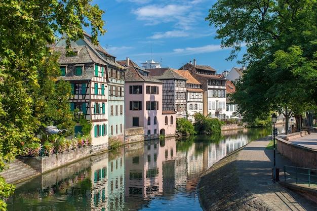 Kanał W Dzielnicy Petite France W Strasburgu Premium Zdjęcia