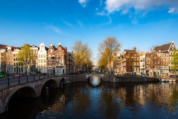 Kanały Amsterdamu Podczas Zmierzchu W Holandiach Premium Zdjęcia