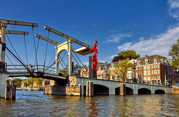 Kanały I łodzie W Amsterdamie. Holandia Premium Zdjęcia