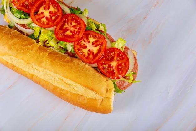 Kanapka Ciabatta Z Salami, Serem I Warzywami Premium Zdjęcia