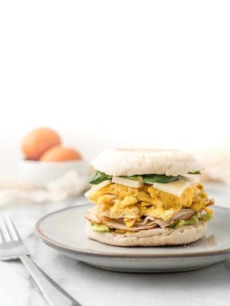 Kanapka Jajeczna Z Serem I Sałatą Na śniadanie Darmowe Zdjęcia