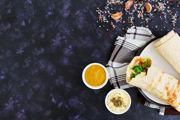 Kanapka shawarma ze składnikami na ciemno Premium Zdjęcia
