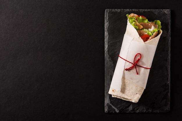 Kanapka Z Kebabem Lub Shawarma Na Czarnym łupku Premium Zdjęcia