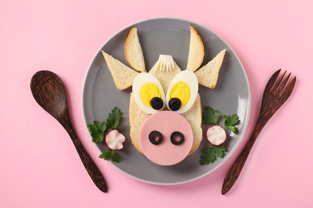 Kanapka Z Kiełbasą I Jajkiem W Kształcie Zabawnego Byka Premium Zdjęcia
