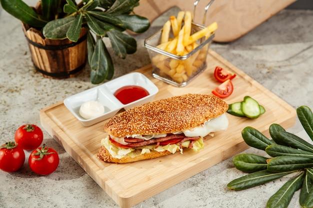 Kanapka Z Kiełbasą Z Sałatkowym Serem Pomidorowym I Marynowanym Ogórkiem Darmowe Zdjęcia