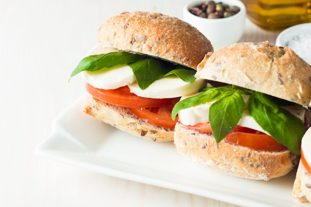 Kanapka z pomidorami i mozzarellą. Premium Zdjęcia