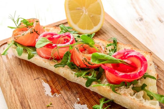 Kanapka Z Tostowym Chlebem I łososiem Na Drewnianym Stole Premium Zdjęcia