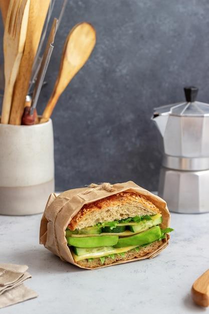 Kanapka Z Zieloną Sałatą, Ogórkiem Z Awokado I Serem Premium Zdjęcia