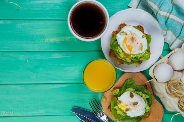 Kanapka ze szpinakiem, awokado i jajkiem Premium Zdjęcia