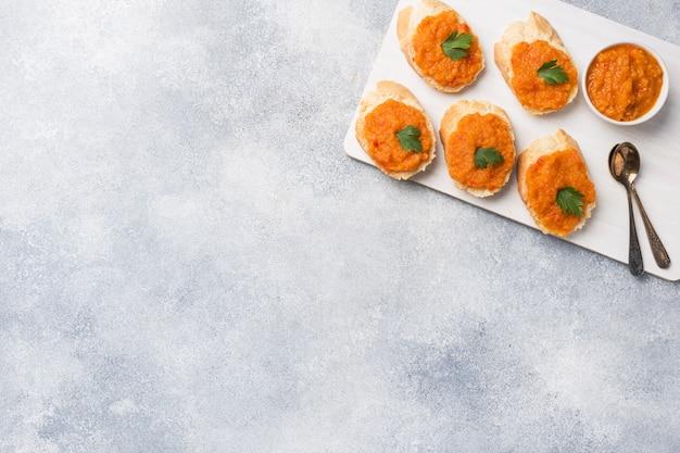 Kanapki z chlebem cukinia kawior pomidor cebula. domowe jedzenie wegetariańskie. copyspace. Premium Zdjęcia