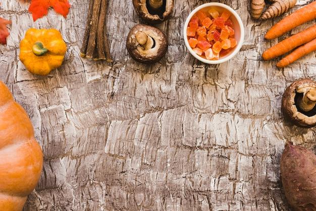 Kandyzowane Owoce I Gałązki Wśród Warzyw Darmowe Zdjęcia