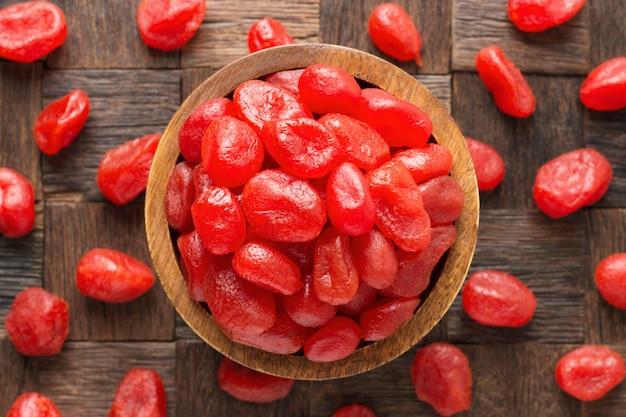 Kandyzowane Owoce, Kumkwat Grejpfrutowy Z Cukrem W Drewnianej Misce, Widok Z Góry. Premium Zdjęcia