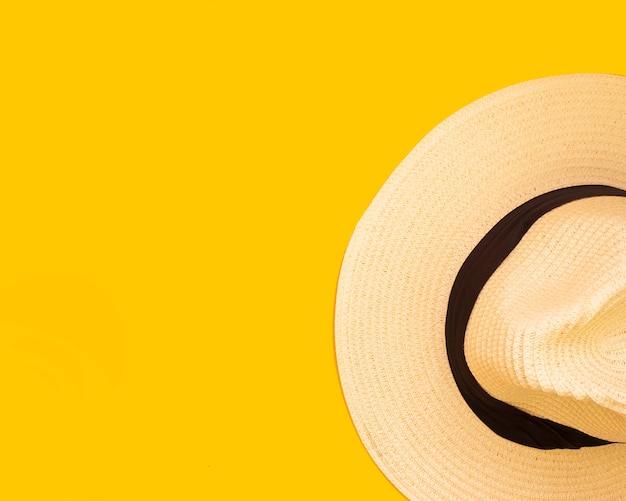 Kapelusz, żółte Tło, Koncepcja Podróży Premium Zdjęcia