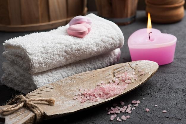 Kąpielowy Bombowy Zbliżenie Z Różową Zaświecającą świeczką Premium Zdjęcia