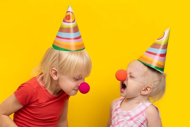 Kapryśne Dzieci Ubrane W Odświętne Czapki I Czerwone Noski Premium Zdjęcia