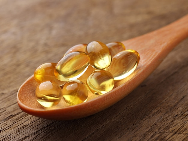 Kapsułki Oleju Z Ryb W łyżce Premium Zdjęcia