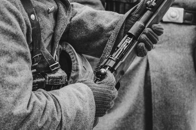 Karabin Mauser W Rękach Niemieckiego żołnierza. Ii Wojna światowa Premium Zdjęcia