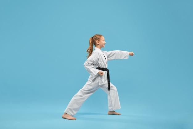 Karate Dziewczyna Z Czarnym Pasem Uprawiania Sztuk Walki. Darmowe Zdjęcia
