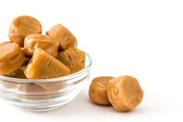 Karmelowe Cukierki Toffi W Krystalicznej Misce Na Białym Tle Premium Zdjęcia