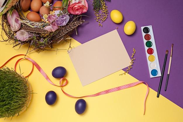 Kartka Wielkanocna. Malowane Pisanki W Gnieździe Darmowe Zdjęcia