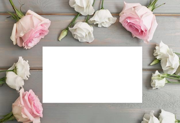 Kartkę Z życzeniami Na Dzień Matki. Kwiaty Na Szarym Tle Premium Zdjęcia