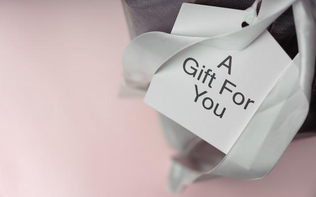 Kartkę Z życzeniami Na Pudełko Ze Wstążką Premium Zdjęcia