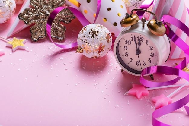 Kartki świąteczne Z Dekoracją świąteczną W Różowym Tle Premium Zdjęcia
