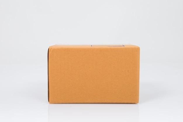 Karton na białym tle Premium Zdjęcia