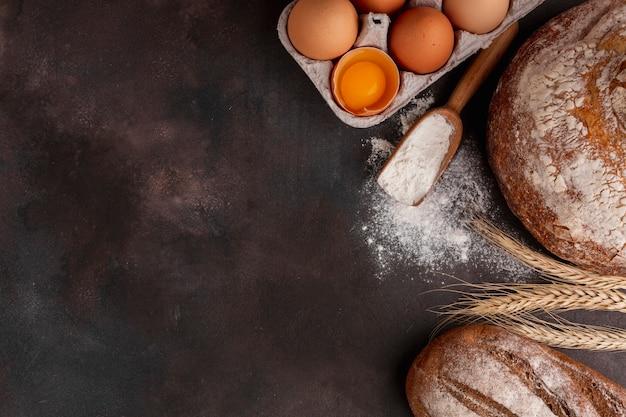 Karton na jajka i drewniana łyżka z mąką Darmowe Zdjęcia