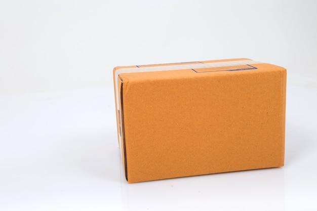 Karton odizolowywający na bielu Premium Zdjęcia