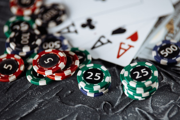 Karty Do Pokera I Stosy żetonów Na Szarym Tle. Koncepcja Online Pokera. Premium Zdjęcia