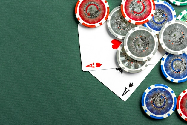 Karty I żetony Do Pokera Na Zielonym Stole Premium Zdjęcia