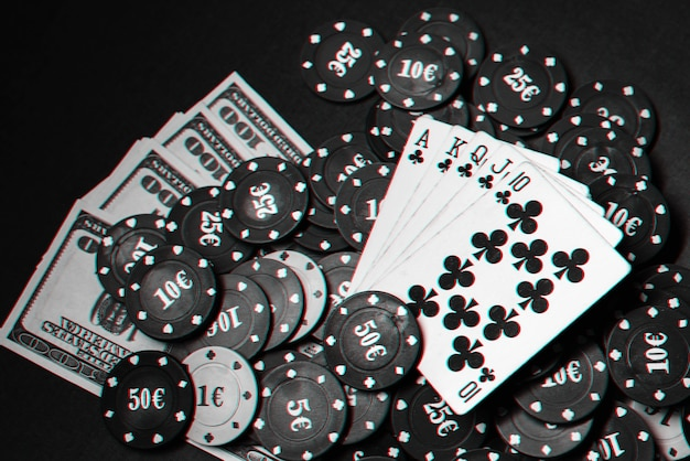 Karty Z Pokerem Królewskim Na Stosie żetonów I Dolarów Pieniędzy W Grze Hazardowej W Pokera. Czarno-białe Zdjęcie Z Efektem Usterki Premium Zdjęcia