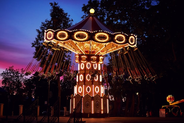 Karuzela Karuzela W Parku Rozrywki W Mieście Wieczorem Premium Zdjęcia