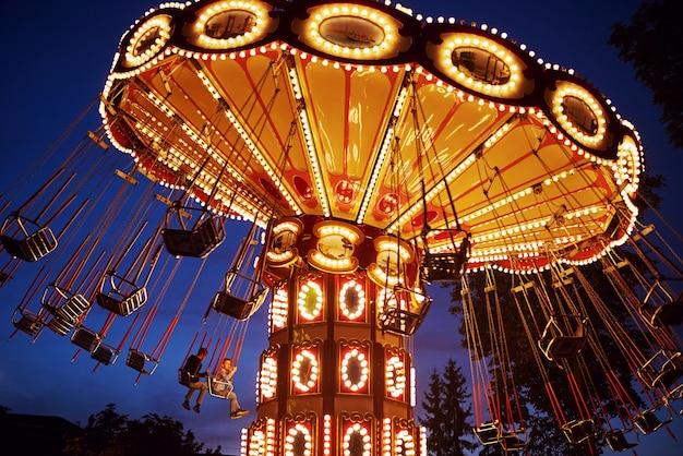 Karuzela Karuzela W Parku Rozrywki W Nocy Miasto Premium Zdjęcia