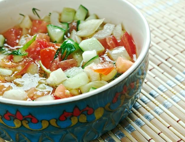 """Kasãƒâ """"ã'â ± K Salat - Sałatka śródziemnomorska. Tureckie Danie Z Warzyw. Premium Zdjęcia"""