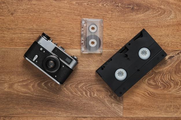 Kasety Wideo, Kaseta Magnetofonowa, Staromodna Kamera Filmowa Na Podłodze. Retro Media Lata 80. Widok Z Góry Premium Zdjęcia