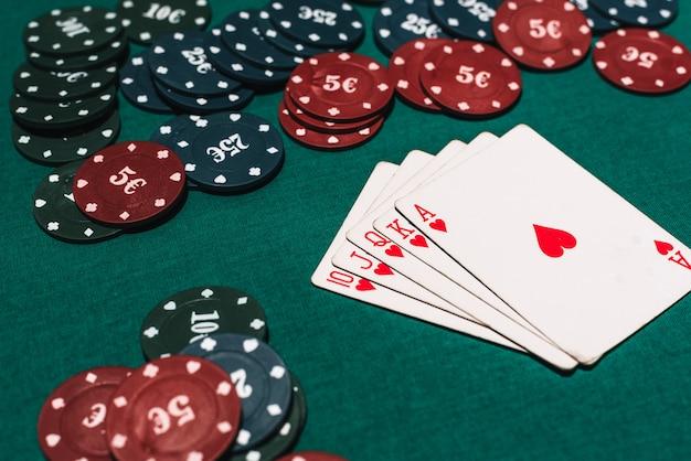 Kasyno Poker Poker Hazard I Kombinacja Wygranych. Poker Królewski I Zakład żetonów Na Stole Premium Zdjęcia