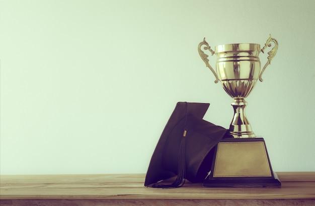 Kasztana z mistrzem złote trofeum na stół z drewna z miejsca na kopię Premium Zdjęcia