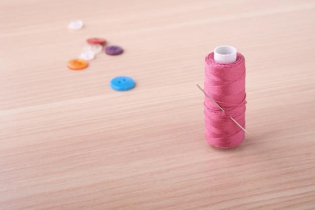 Kąt Widzenia Bliska Różowa Cewka Z Guzikami I Igłą Premium Zdjęcia