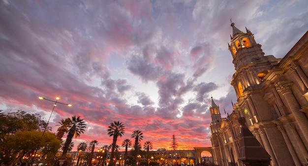 Katedra arequipa, peru, z oszałamiające niebo o zmierzchu Premium Zdjęcia