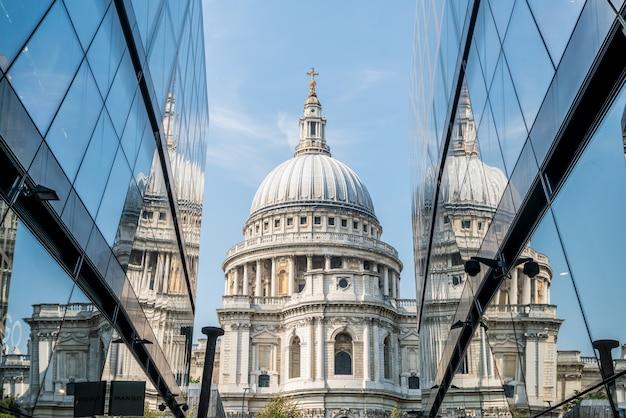 Katedra św. Pawła Odbijająca Się W Szklanych ścianach One New Change W Londynie Premium Zdjęcia