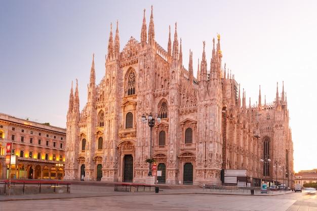 Katedra W Mediolanie Na Piazza Del Duomo W Mediolanie, Włochy Premium Zdjęcia
